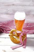 cerveja de trigo com toalha de mesa vermelha e branca foto