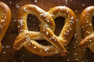 pretzels macios caseiros com sal foto