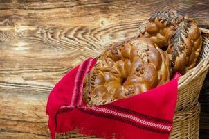 pretzels trançados em uma cesta tecida foto