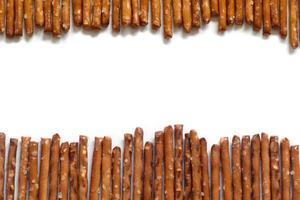 pretzel salgado varas no fundo branco foto