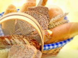 pão e pastelaria na cesta de vime foto