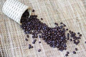 grãos de café sobre fundo de bambu foto