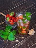 mojito de morango cocktail sobre fundo de madeira foto