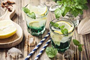 bebida com menta e limão foto