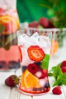ponche de frutas e bagas foto