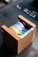 um dispensador de fita adesiva de madeira foto