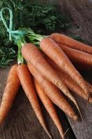 cenouras frescas em monte amarrado foto