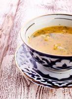 tigela de sopa de galinha com legumes e macarrão foto