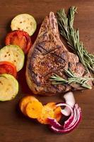carne grelhada com legumes e alecrim foto
