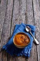 purê de sopa de cor laranja foto