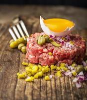 close-up de tártaro de carne com alcaparras foto