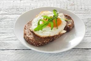sanduíche com ovo frito e rúcula