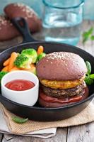 hambúrgueres de carne com abacaxi e pão de chocolate foto
