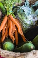 close-up na cesta orgânica semanal fresca de vegetais. foto