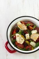 salada com chourico, queijo e pão