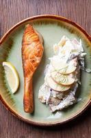 bife de salmão com salada de frutas foto