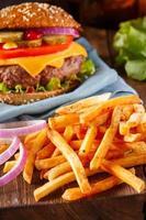 hambúrguer e batatas fritas. estilo vintage. foto