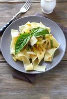 macarrão linguini com legumes assados foto