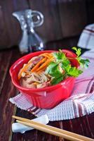 macarrão de arroz com carne foto