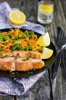 salmão com feijão verde e cenoura