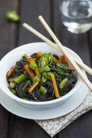 macarrão de arroz preto