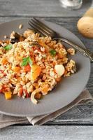 arroz saboroso com legumes em um prato foto