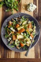 raiz assada e salada de rúcula foto