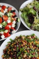 trio de saladas frescas foto