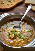 sopa vegetariana com feijão e legumes foto