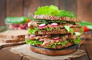 sanduíche com carne, legumes e fatias de pão de centeio foto