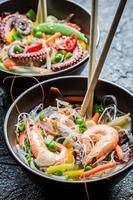 frutos do mar e legumes servidos com macarrão