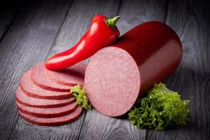 salsicha de salame fresca foto