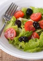salada de legumes frescos foto