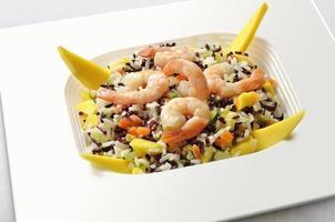 salada de arroz branco e vermelho foto