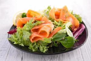 salada e salmão foto