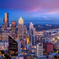 panorama do horizonte de Seattle ao pôr do sol foto