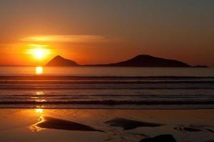 pôr do sol e ilha foto