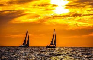 pôr do sol do oceano pacífico foto