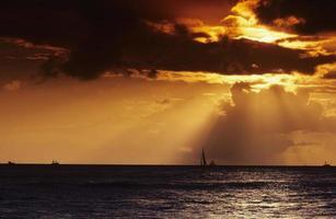 pôr do sol fora de waikiki foto