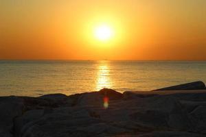 pôr do sol sobre a água