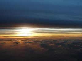 dramático pôr do sol aéreo foto