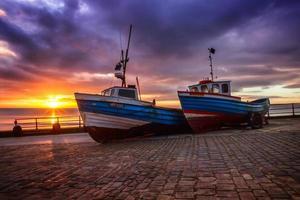 barcos de pesca por do sol foto