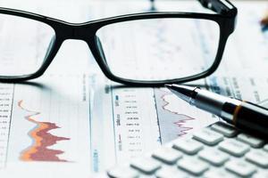 análise de gráficos e tabelas de contabilidade financeira foto
