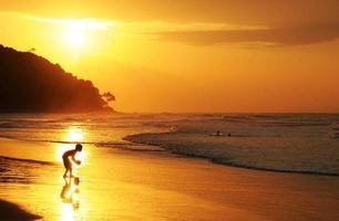 meninos ao pôr do sol foto