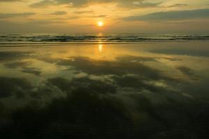 pôr do sol na água foto