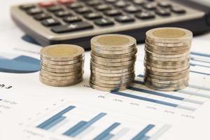 diagrama comercial no relatório financeiro com moedas foto