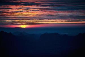 pôr do sol na vista para o vale foto