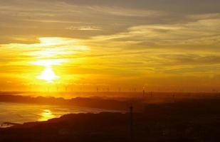 belo pôr do sol do japão. foto