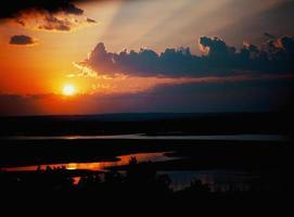 pôr do sol perto da cidade de kazan foto