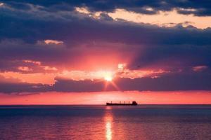 navio no pôr do sol foto